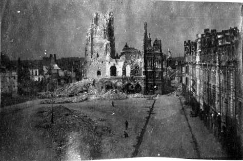 Octobre 1914 les Allemands ont bombardé et détruit Arras à 70%. Georges Gras fait une photo saisissante du coeur de ville