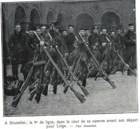 A Bruxelles, le 9 ème ligne dans la cour de sa caserne avant son départ pour Liège