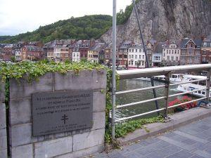 Plaque commémorative sur le pont de Dinant concernant Charles de Gaulle : « Ici le lieutenant Charles de Gaulle fut blessé le 15 aout 1914 à l'aube d'une vie tout entière consacrée à la défense de l'homme et de ses libertés. »