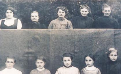 K Visages fermés, sourires crispés, ces malheureuses femmes ont dû poser pour un photographe, soldat allemand occupant leur sol.