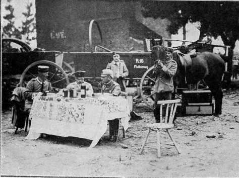 Des officiers allemands s'attablent en plein air, à Visé, et boivent force bouteilles cachetées qu'ils ont réquisitionnées.