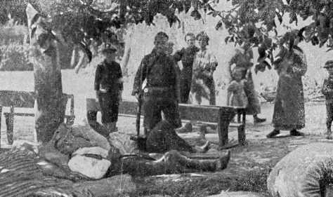 Blessé allemand ramassé sur le champ de bataille de Haelen et gardé dans une cour d'école