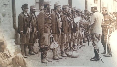 Comme les Russes, les Serbes ont fait, depuis le début de la guerre, un énorme butin et quantité de prisonniers. Ceux-ci sont évacués dans l'intérieur du pays et gardés dans de vieilles forteresses musulmanes. Bien que les Austro hongrois témoignent de la même barbarie que les Allemands, les Serbes, vainqueurs généreux, les traitent avec la plus grande humanité (photo et légende :Le miroir du 4 octobre 1914)