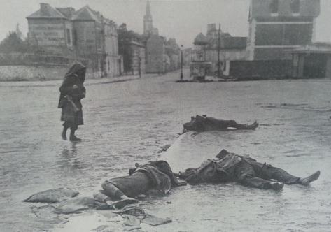Trois morts allemands sur une place de Soissons. A la pointe du jour, le 20 septembre, trois Allemands pénétraient en automobile dans la ville de Soissons. Surpris par des sentinelles françaises au moment où ils s'apprêtaient à faire sauter ce qui restait du pont sur l'Aisne, ils furent tués tous les trois, en pleine ville (photo L'illustration du 3 octobre 1914)