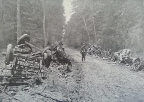 Ce qui reste d'un convoi allemand de munitions sur la route de Soissons à Villers-Cotterets. Ce convoi, composé de camions automobiles chargés de munitions, fut assailli par les Dragons français qui tuèrent le conducteur de la première voiture. Les suivantes entrèrent en collision et prirent feu. (photo L'illustration du 3 octobre 1914)