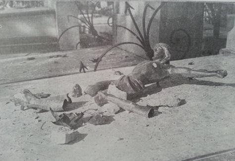 Un christ brisé sur une tombe par un des projectiles  qui a atteint un cimetière de Reims (photo l'Illustration N°3739)