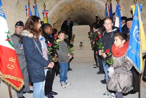 """Des écoliers devant la stèle édifiée à l'ont""""rieur du Fort de la Pompelle"""