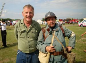 Keith, en chemise verte, à gauche sur la photo souhaite que son livre contenant 102 photos de Villers-Franqueux en 1918 soit vendu aux enchères afin de participer à la réfection du monument aux morts de la commune marnaise