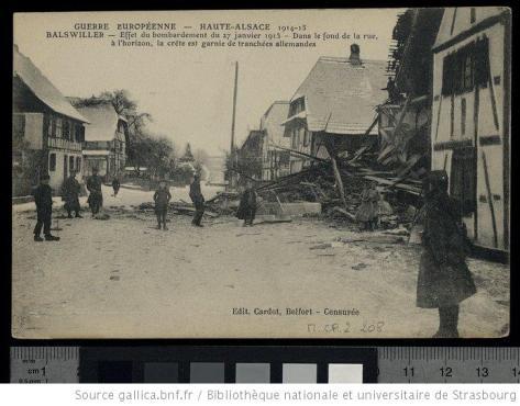 Balswiller [i.e. Balschwiller] : effet du bombardement du 27 janvier 1915 : dans le fond de la rue, à l'horizon, la crête est garnie de tranchées allemandes
