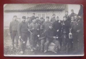 cette photo carte prise le 4 mars 1915 en Belgique. L'un des soldats du 160eme arbore sue la tête un trophée, casque à pointe modèle 95 apparemment Badois.