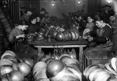 """Guerre 1914-1918. """"La fabrication des casques et l'une des plus typiques industries de la guerre"""". Soudure des bandes tenant la coiffe et des anneaux de la jugulaire. Photographie parue dans le journal """"Excelsior"""" du samedi 29 janvier 1916."""