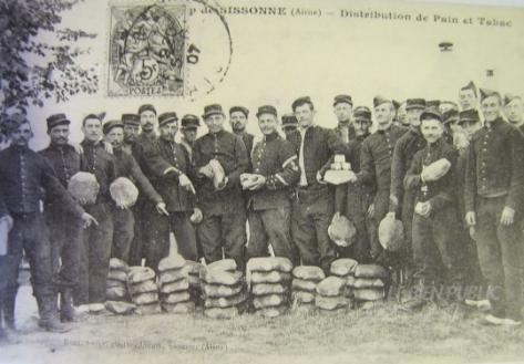 distribution-de-pain-et-de-tabac-autrement-dit-de-bricheton-et-de-gros-cul-ou-de-gros-q-(tabac-regimentaire)-image-dr-1441964594