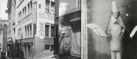 Déguisé en phallus Hugo Ball ouvre le Cabaret Voltaire fréquenté par Tzara et des artistes dadaïstes à Zurich
