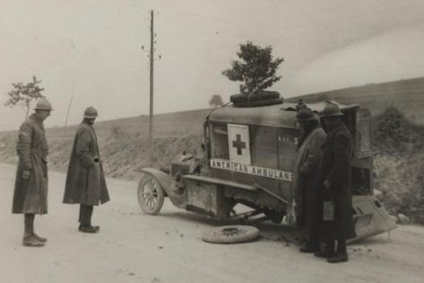 """Durant 10 mois, en 1916, la bataille de Verdun opposa les poilus aux soldats du Kaiser. Des Américains participèrent à cet affrontement au volant de leurs ambulances en assurant l'évacuation des blessés. """"Une vingtaine d'obus tombèrent autour de nous. C'était le bombardement le plus important auquel j'avais jamais assisté. J'étais content que mon esprit soit occupé pour ne pas trop y penser. Deux hommes qui se trouvaient à un peu moins de 100 mètres furent décapités et plusieurs chevaux trouvèrent la mort. Je pouvais sentir que nous allions vivre une période mouvementée"""". L'auteur de ces mots n'est pas un soldat français mais un Américain, William Yorke Stevenson, venu secourir les poilus sur le front de Verdun en 1916*."""