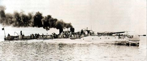 Le torpilleur de haute mer français Trombe, qui a, avec les patrouilleurs et les filets, réussi à capturer le sous-marin allemand UB-26 au Havre le 5 avril 1916.