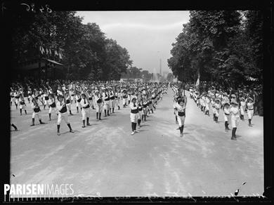 """Guerre 1914-1918. """"Journée patriotique"""" des Tuileries. Paris (Ier arr.), le 16 juillet 1916. Exercices d'ensemble par les enfants des patronages. Photographie parue dans le journal """"Excelsior"""" du lundi 17 juillet 1916."""