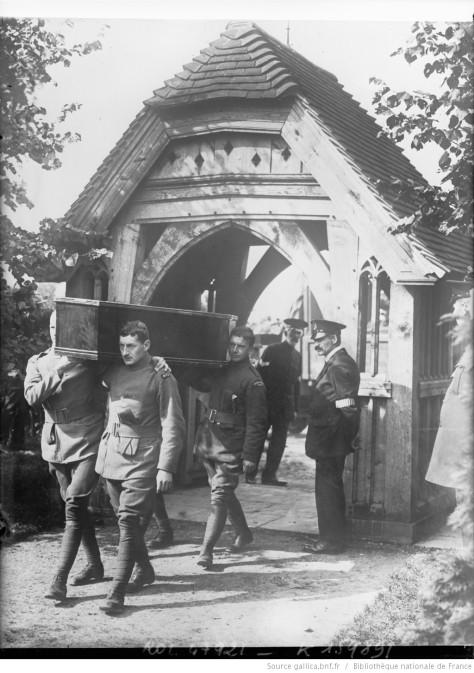 [7_septembre_1916_au_cimetière_[...]Agence_Rol_btv1b6952357p