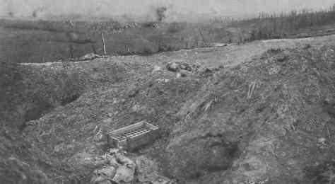 La prise de Combles par les troupes franco-anglaises restera l'un des épisodes les plus marquants de la bataille de la Somme. Elle a prouvé à l'ennemi que les points les mieux organisés ne constituaient pas pour les Alliés des obstacles infranchissables. Le régiment français qui a enlevé Combles, appartient au 1er corps, composé en grande partie de soldats originaires des régions envahies. Sous les ordres du général Guillaumat, ces braves se sont battus comme des lions dans la joie de se rapprocher peu à peu de leurs pays. Cet instantané fut pris le 26 septembre pendant le combat. Par delà le terrain jonché de cadavres et de débris on aperçoit le village transformé en une redoutable forteresse par les Allemands. Au loin éclatent des obus.