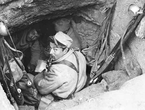 Soldats au repos dans un abri en mine (conçu en profondeur et avec des étais) dans une tranchée de première ligne, secteur de la ferme Navarin.