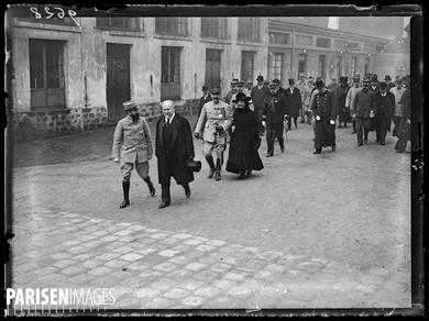 """Guerre 1914-1918. Le président Poincaré et Madame visitent les services des """"Parrains de Reuilly"""", caserne de Reuilly, le 10 novembre 1916. Photographie parue dans le journal """"Excelsior"""" du samedi 11 novembre 1916."""