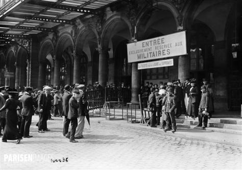 Guerre 1914-1918. Permissionnaires rejoignant leur garnison. Paris, gare de l'Est, juillet 1914.
