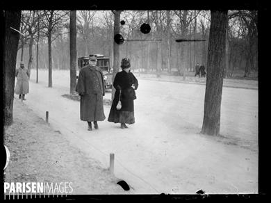 """Guerre 1914-1918. Le maréchal Joffre et son épouse se promenant au Bois de Boulogne, avenue de la Reine-Marguerite, le 29 janvier 1919. Photographie parue dans le journal """"Excelsior"""" du mardi 30 janvier 1917."""