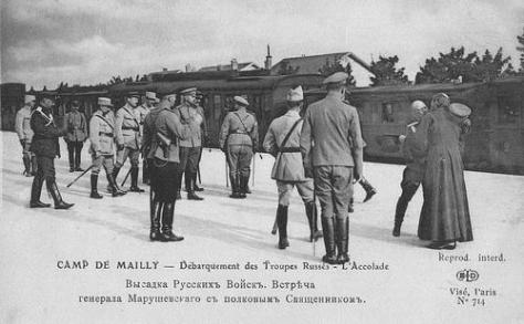 debarquement-des-troupes-russes-au-camp-de-mailly-le-general-marouchevski-salue-le-pretre-du-regiment