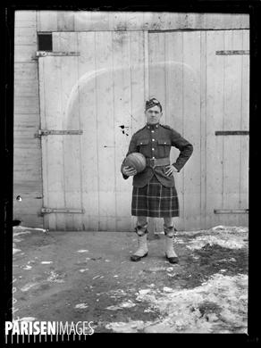 """Guerre 1914-1918. Match de football de la """"Canadian Section"""" contre l'""""Entente Parisienne"""", le 11 février 1917. Collier, capitaine des Canadiens. Photographie parue dans le journal """"Excelsior"""" du lundi 12 février 1917."""