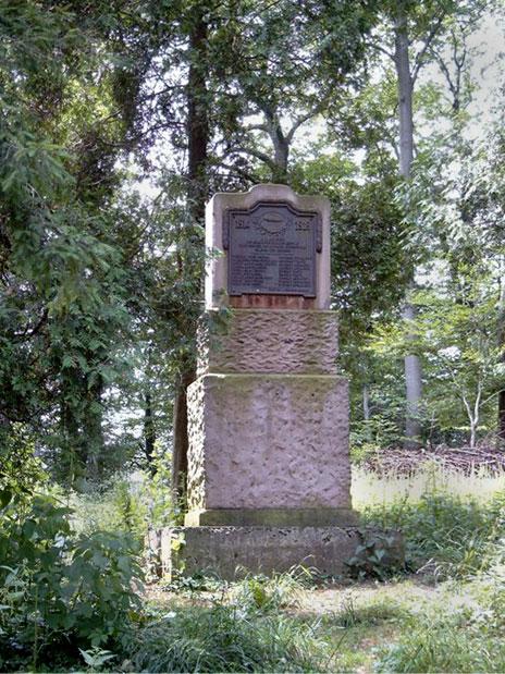 """Monument en hommage aux aérostiers du dirigeable """"Pilâtre de Rozier"""" - Dans la nuit du 23 au 24 février 1917, parti d'Epinal (88), le dirigeable, parti en mission de bombardement de Neunkirchen (Sarre), s'écrase sur le versant Est de la colline boisée """"Le Boetzel"""" entre Voellerdingen et Oermingen (67) - L'équipage composé de 9 hommes périt dans la catastrophe - Ce monument a été érigé par le souvenir français en 1921 - Photo Stefaan Nuyts"""