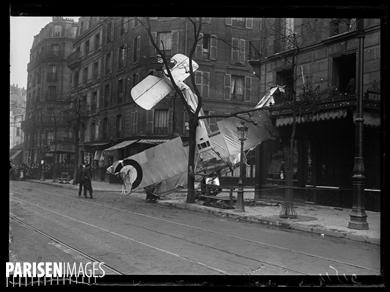 """Guerre 1914-1918. Chute d'un avion rue d'Alésia. Paris, le 5 avril 1917. Photographie parue dans le journal """"Excelsior"""" du vendredi 6 avril 1917."""