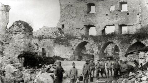 Soldats francais du 407e regiment d'Infanterie a la corvee de soupe a la roulante a Coucy le Chateau (Picardie) le 1er avril 1918 --- French soldiers of the 407th Regiment of Infantry making soup in Coucy le Chateau (Picardie) april 1st, 1918
