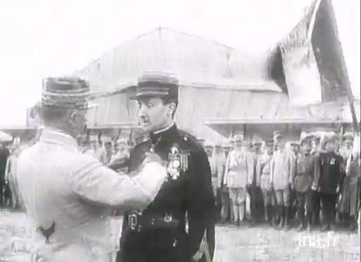 1043/11 juin: le Général Franchet d'Esperey décore l'as de l'aviation Guynemer