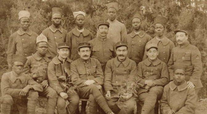 La belle amitié entre un sergent et des tirailleurs sénégalais