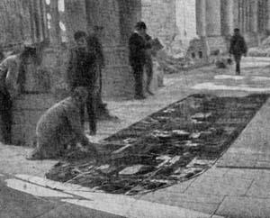 1314/9 mars 1918: classement des fragments de verrières sur le pavé de la cathédrale de Reims