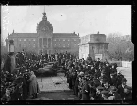 1572/21 novembre 1918: Strasbourg: la statue de Guillaume II renversée
